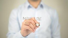 Faites la guerre d'amour pas, écriture d'homme sur l'écran transparent Photos stock