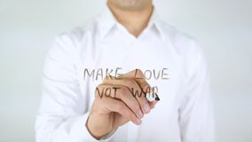 Faites la guerre d'amour pas, écriture d'homme sur le verre Images libres de droits