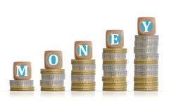 Faites le concept d'argent avec l'échelle de pièces de monnaie et les cubes en bois Photographie stock libre de droits