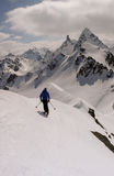 Faites le skieur backcountry avec la grande vue des montagnes de Silvretta dans les Alpes suisses près de Klosters photo stock