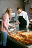 Faites le système cuire au four Client féminin achetant la pâtisserie fraîche photo stock