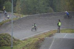 Faites le tour du championnat dans le bmx faisant un cycle, à toute vitesse et en hauteur Image stock