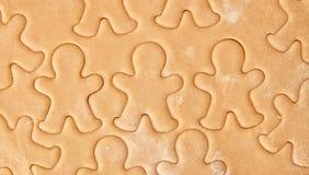 Faites les biscuits cuire au four de pain d'épice de Noël, faisant cuire dans la cuisine Photographie stock