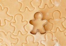 Faites les biscuits cuire au four de pain d'épice de Noël, faisant cuire dans la cuisine Photos stock