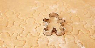 Faites les biscuits cuire au four de pain d'épice de Noël, faisant cuire dans la cuisine Photos libres de droits