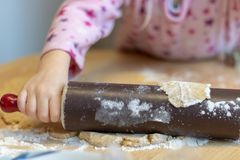 Faites les biscuits cuire au four pour Noël images stock