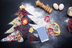 Faites les biscuits de ruptures de gingembre pour Noël concept de fête Ingrédients pour les biscuits faits maison de gingembre pr photographie stock libre de droits