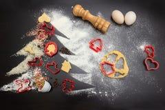 Faites les biscuits de ruptures de gingembre pour Noël Le concept des biscuits de fête Ingrédients pour les biscuits faits maison photographie stock