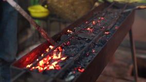 Faites les charbons de charbon de bois pour brûler satay banque de vidéos