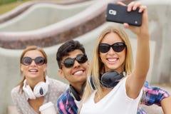 Faites les photos de selfie avec des amis Photos stock