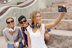 Faites les photos de selfie avec des amis Photo libre de droits