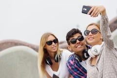 Faites les photos de selfie avec des amis Image stock