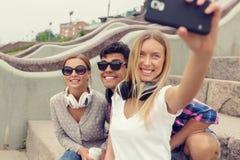 Faites les photos de selfie avec des amis Photo stock