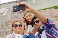 Faites les photos de selfie avec des amis Images stock