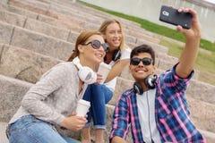Faites les photos de selfie avec des amis Image libre de droits