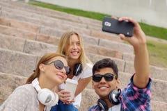 Faites les photos de selfie avec des amis Photos libres de droits