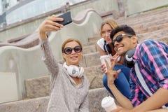 Faites les photos de selfie avec des amis Images libres de droits