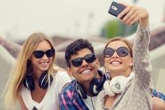 Faites les photos de selfie avec des amis Photographie stock libre de droits
