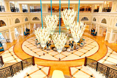 Faites pression en faveur de l'intérieur de l'hôtel de luxe dans l'illumination de nuit photographie stock