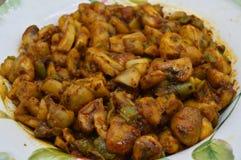 Faites sauter le champignon avec de la sauce spéciale dans une casserole image stock
