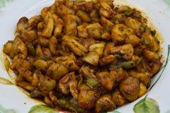 Faites sauter le champignon avec de la sauce spéciale dans une casserole photographie stock