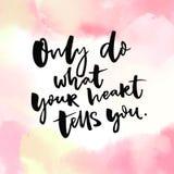 Faites seulement ce que votre coeur t'indique Calligraphie inspirée de citation sur la texture rose d'aquarelle Image libre de droits