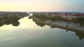 Faites signe au-dessus de la rivière au vieux secteur en Hoi An banque de vidéos