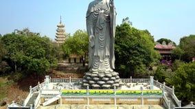 Faites signe du piédestal à la statue de Bouddha contre le ciel bleu banque de vidéos