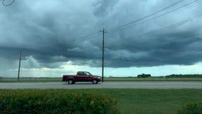 Faites signe la temps-faute d'un orage foncé avec le trafic se déplaçant par clips vidéos