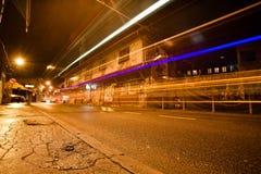 Faites signe les lumières sur la vue de rue de nuit avec le bâtiment de période de tabouret Photos stock