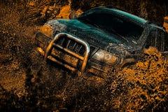 Faites signe les pneus de roues et tous terrains qui entre dans le camion de sport de route de la poussière entre le paysage de m image libre de droits