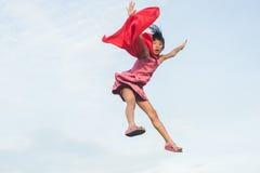 Faites signe sauter au ciel avec le tissu rouge Images libres de droits