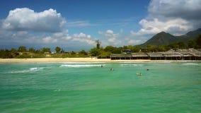 Faites signe suivant la ligne de ressac d'océan après la plage aux chiffres de surfer clips vidéos