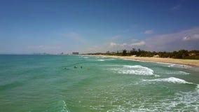 Faites signe suivant la ligne de ressac d'océan de turquoise après la plage de sable banque de vidéos