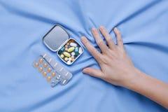 Faites souffrir et souffrez de la main de plan rapproché de maladie photos stock