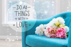 Faites tout les choses avec le message d'amour avec des bouquets de fleur avec la chaise Photo libre de droits