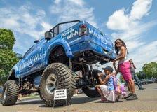 Faites un camion de monstre de base de souhait avec la petites fille et mère Photo stock