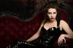 Faites un pas dans ma tanière - vampire féminin dans Catsuit Images stock