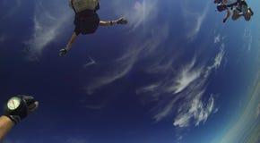 Faites un saut en chute libre la chute gratuite d'amd en nuages de lumière de MIT de ciel bleu Images libres de droits