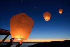Faites un souhait, libération de flottement de lanternes de papier sur la montagne de grouse Images stock
