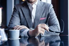 Faites une pause et ayez le café Café potable d'homme d'affaires dans un café image libre de droits