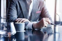 Faites une pause et ayez le café Café potable d'homme d'affaires dans un café photos libres de droits