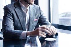 Faites une pause et ayez le café Café potable d'homme d'affaires dans un café photographie stock