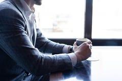Faites une pause et ayez le café Café potable d'homme d'affaires dans un café image stock