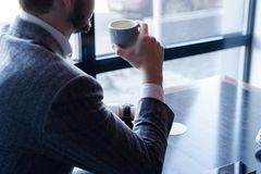 Faites une pause et ayez le café Café potable d'homme d'affaires dans un café images libres de droits