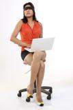 Faixa amarrada mulher que senta-se com portátil imagens de stock royalty free
