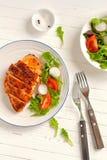 Faixa cozida da galinha em uma placa do vintage fotografia de stock royalty free