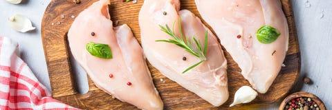 Faixa crua da galinha com opinião superior das especiarias e das ervas Fotos de Stock Royalty Free