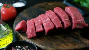 A faixa crua fresca da carne, cutted no bife remenda, tiro da zorra, close up video estoque