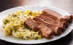 Faixa da carne com salada dos vegetais em uma placa Fotos de Stock